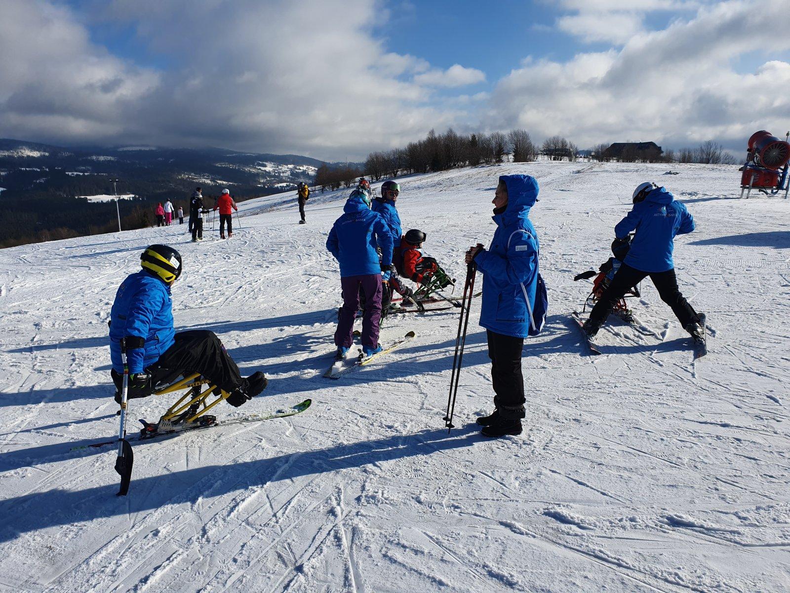 Śnieg + Adrenalina Junior 2021 - Narciarstwo zjazdowe dzieci i młodzieży z niepełnosprawnością ruchową - Fundacja Aktywni Bez Barier